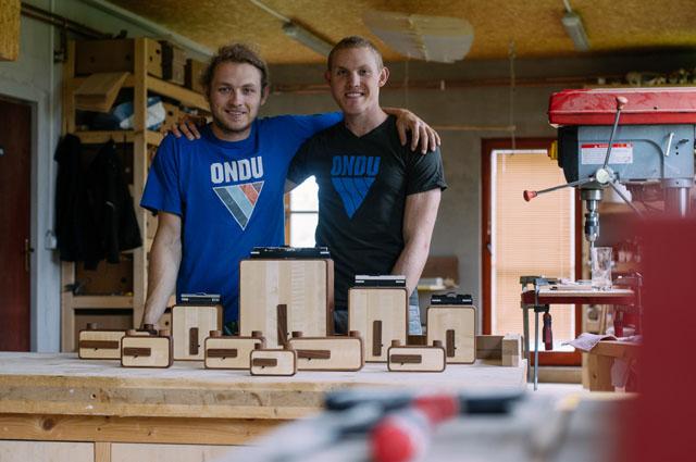Elvis et Beni Halilovič, les deux frères et concepteurs de Ondu Mark II
